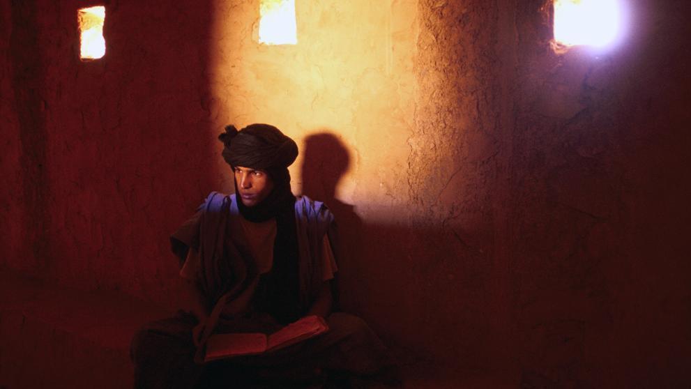 Un joven librero en una de las grandes bibliotecas de Chinguetti